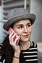 Portrait of young woman telephoning  with smartphone - RTBF000085