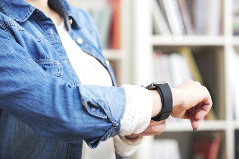 Woman wearing smartwatch, close-up - SEGF000524