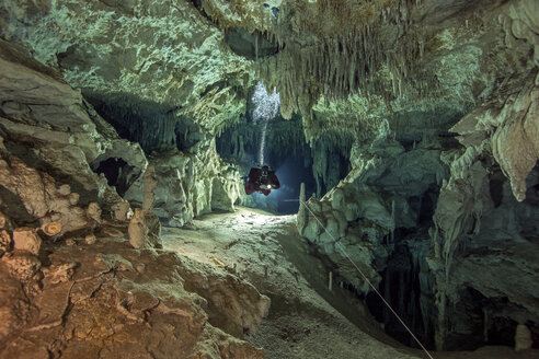 Mexico, Yucatan, Tulum, cave diver in the system Dos Pisos - YRF000093