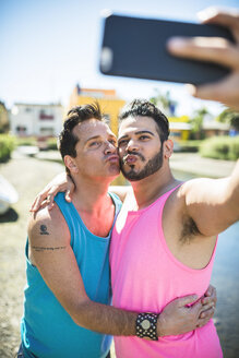 Los Angeles, Venice, happy gay couple taking selfie with smartphone - LEF000059