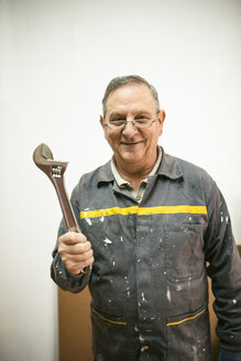 Portrait of smiling senior man holding tool - EPF000057