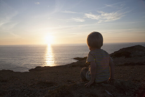 Back view of little boy watching sunset - RBF004258