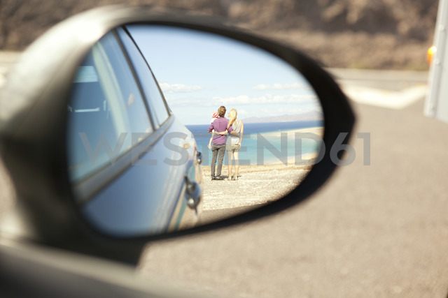 Spain, Fuerteventura, Jandia, reflection of family at the coast in wing mirror of a car - MFRF000591 - Michelle Fraikin/Westend61