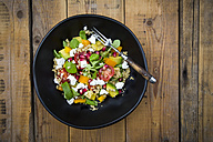 Salad bowl with lamb's lettuce, quinoa, yellow bell pepper, cocktail tomato, avocado, feta and pomegranate seeds - LVF004724