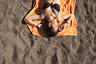 Young woman relaxing on the beach - SIPF000328