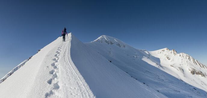 United Kingdom, Scotland, Ben Nevis, Carn Mor Dearg, female mountaineer - ALRF000377