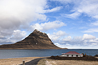 Iceland, Snaefellsnes peninsula, Grundafjoerdur, Kirkjufell, solitude house - FCF000914