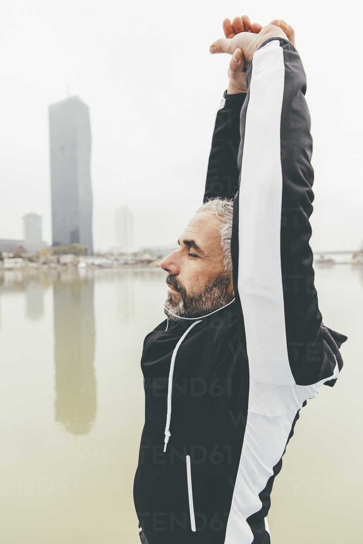 Austria, Vienna, jogger doing stretching exercise on Danube Island - AIF000315 - AustrianImages/Westend61