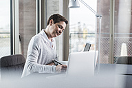 Businesswoman working at desk - UUF006846