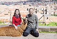 Peru, Cusco, portrait of happy tourists with llama - GEMF000846