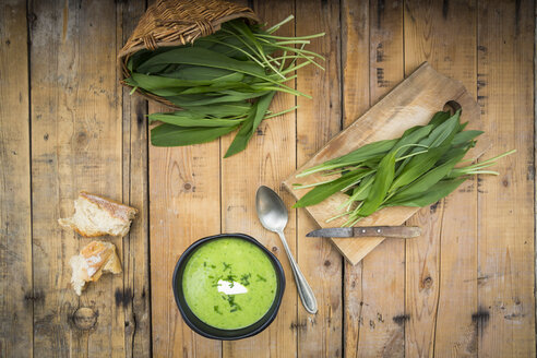 Bowl of bear's garlic soup and fresh ramson leaves - LVF004746