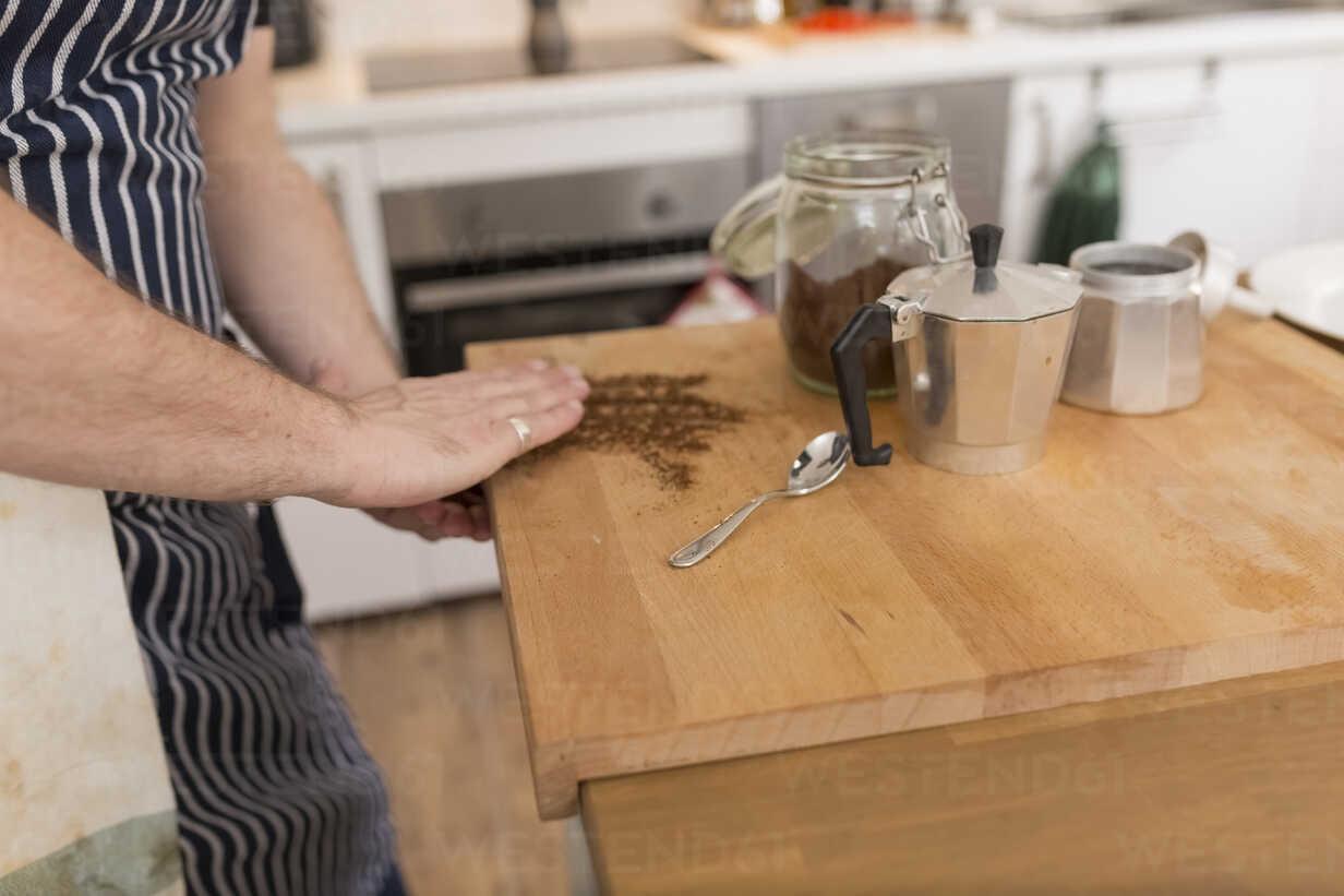Man preparing espresso in the kitchen - BOYF000258 - Boy/Westend61