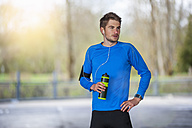 Young sporty man with water bottle - DIGF000241
