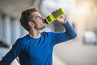 Young sporty man with water bottle - DIGF000256