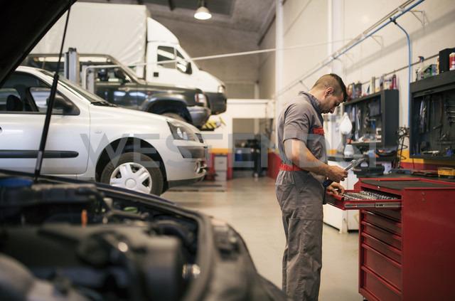 Mechanic repairs and examines the car engine - JASF000656 - Jaen Stock/Westend61