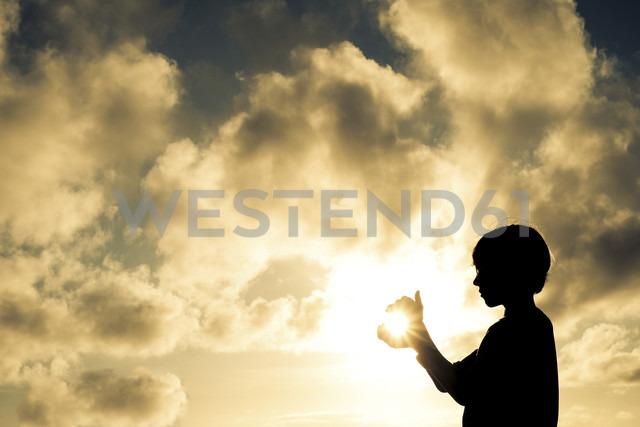 Boy catching the sun - SIPF000362