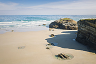 Spain, Ribadeo, Playa de Las Catedrales, Sunny morning at beach - EPF000075
