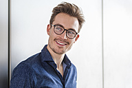 Portrait of smiling young man wearing glasses - DIGF000310