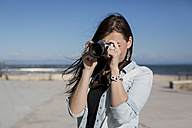 Young woman with camera - MAUF000458