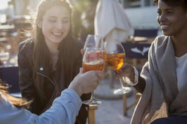Young women sitting in bar drinking aperitif - MAUF000485