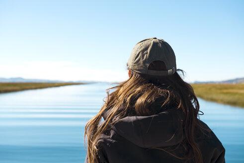 Peru, Puno, Woman looking at Titicaca lake - GEMF000872