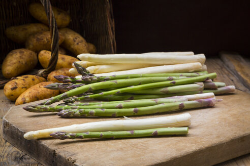 Green and white asparagus on wooden board - LVF004797
