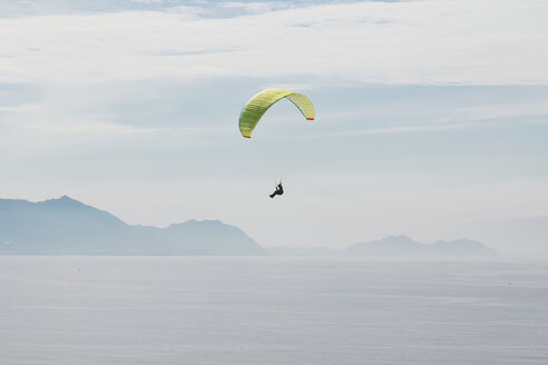 Spain, Basque Country, Getxo, Paragliding over the Cantabrian Sea - RTB000145