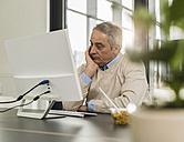 Senior man in office - UUF007183