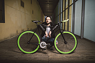 Young man with fixie bike - RAEF001089