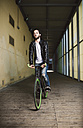 Young man riding fixie bike - RAEF001092