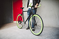 Young man with fixie bike - RAEF001101