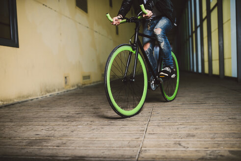 Young man riding fixie bike - RAEF001116