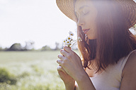 Young woman with daisies at backlight - GIOF000917