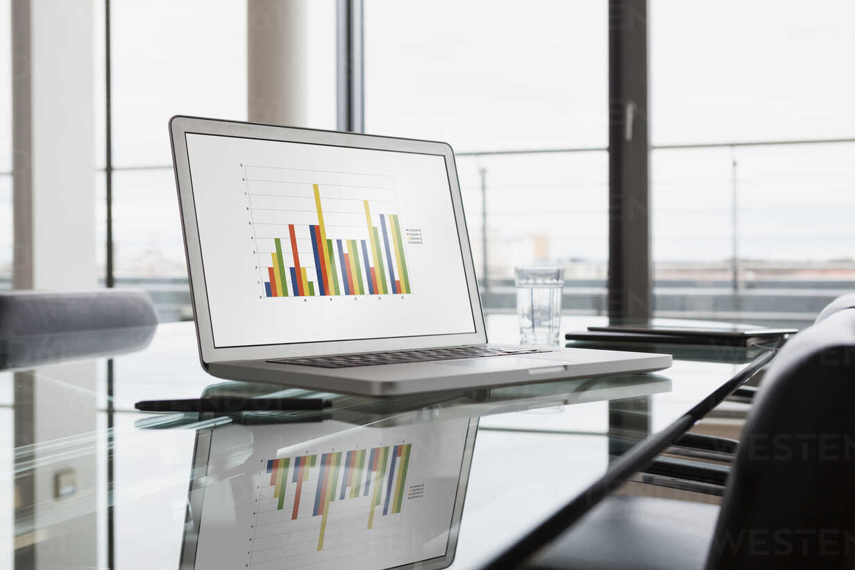 Laptop with bar chart on office desk - RBF004414 - Rainer Berg/Westend61