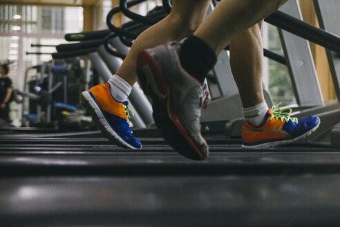 Legs of man running on a treadmill - ABZF000444