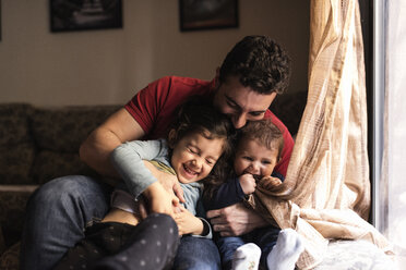 Father and his children playing at home - JASF000711