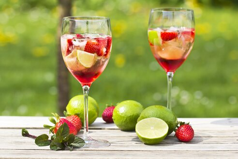 Glasses with ice, strawberry, lime, grenadine and prosecco - YFF000540