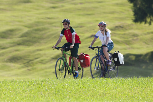 Two teenagers on a bicycle tour with trekking bikes - DSF000660
