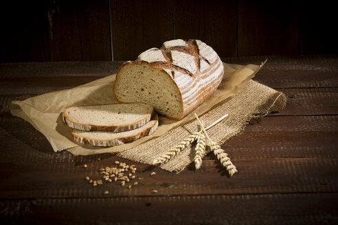Brown bread on wood, slices, spikes - MAEF011459