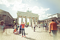 Germany, Berlin, tourists at Pariser Platz in front of Brandenburger Tor - CM000422