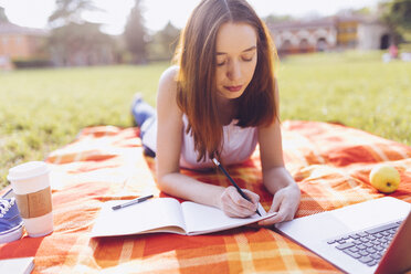 Student at the park, learning, writing - GIOF000948