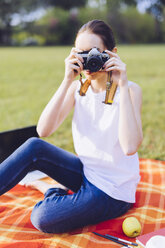 Woman taking a a photo at the park - GIOF000957