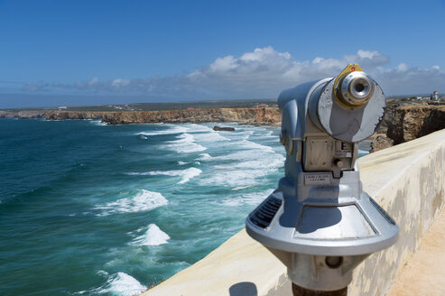 Portugal, Algarve, Sagres, Praia do Tonel, telescope at viewpoint - FRF000417
