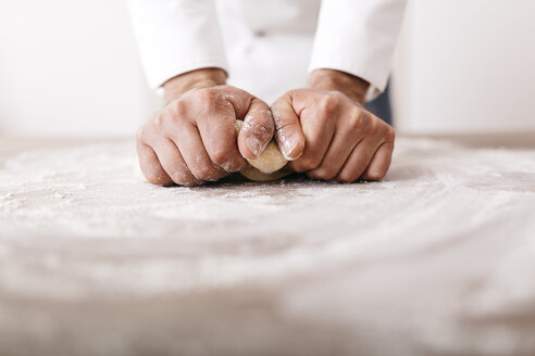 Chef preparing dough for ravioli - JRFF000647