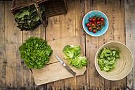 Preparation of salad, tomatoes, salanova on chopping board, knife - LVF004864