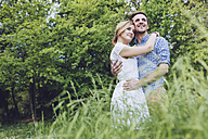 Portrait of happy couple in nature - GIOF000981