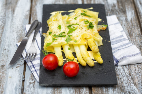 Cannelloni filled with white asparagus, gratinated with cheese on schist plate - MAEF011655