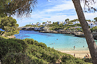 Spain, Mallorca, View to Cala Esmeralda, bay at Cala D'or - VT000516