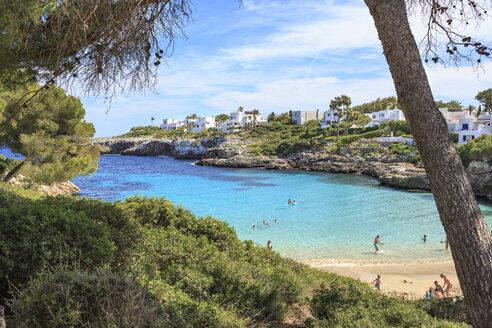 Spain, Mallorca, View to Cala Esmeralda, bay at Cala D'or - VT000516