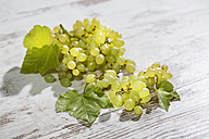 Green grapes on wood - MAEF011700